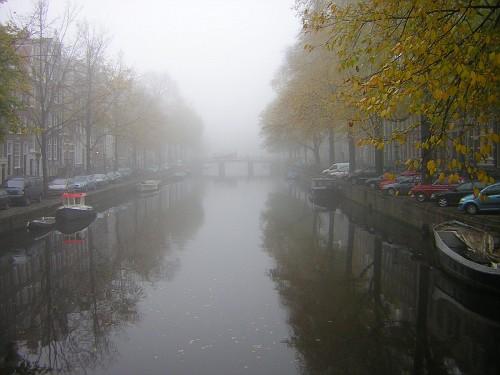 Amsterdam, un canale annebbiato