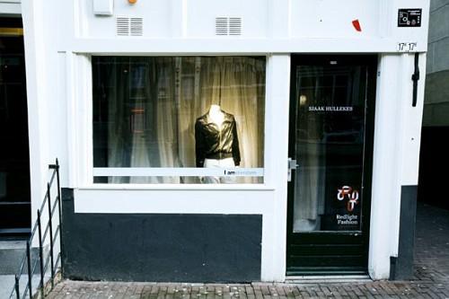 Amsterdam, moda al quartiere a luci rosse