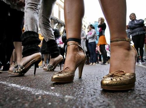 Donne che corrono con i tacchi a spillo