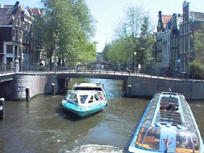 I battelli di Amsterdam sotto al ponte