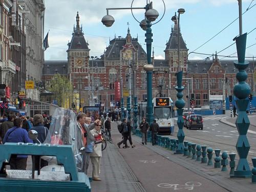 Amsterdam, la Centraal Station in lontanza