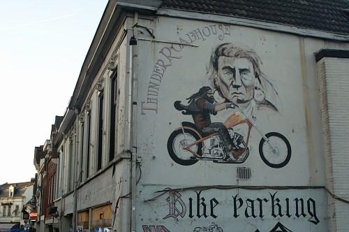 Eindhoven Pub THUNDER ROADHOUSE sul muro esterno ha il disegno del biker e del capo indiano
