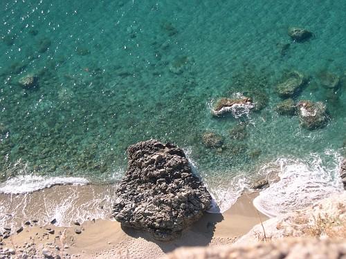 Le acque cristalline del Mar Ionio che si infrangono sugli scogli, tipici di questa località marina